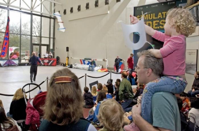 아시아의 연 프로그램을 진행한 강사는 박물관 내 큰 공간에서 연날리기 시범을 보이며, 연의 비행 원리에 대해 설명해 준다. - 미 항공우주박물관 홈페이지 제공