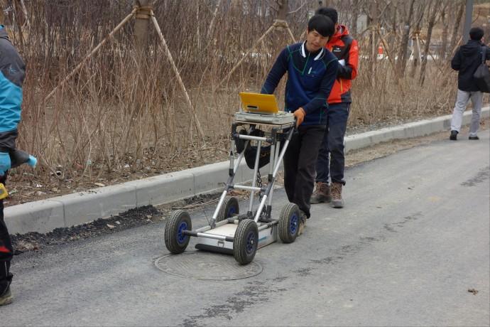 GPR 조사 장비를 이용해 하수관로를 조사하고 있다. - 한국건설기술연구원 제공