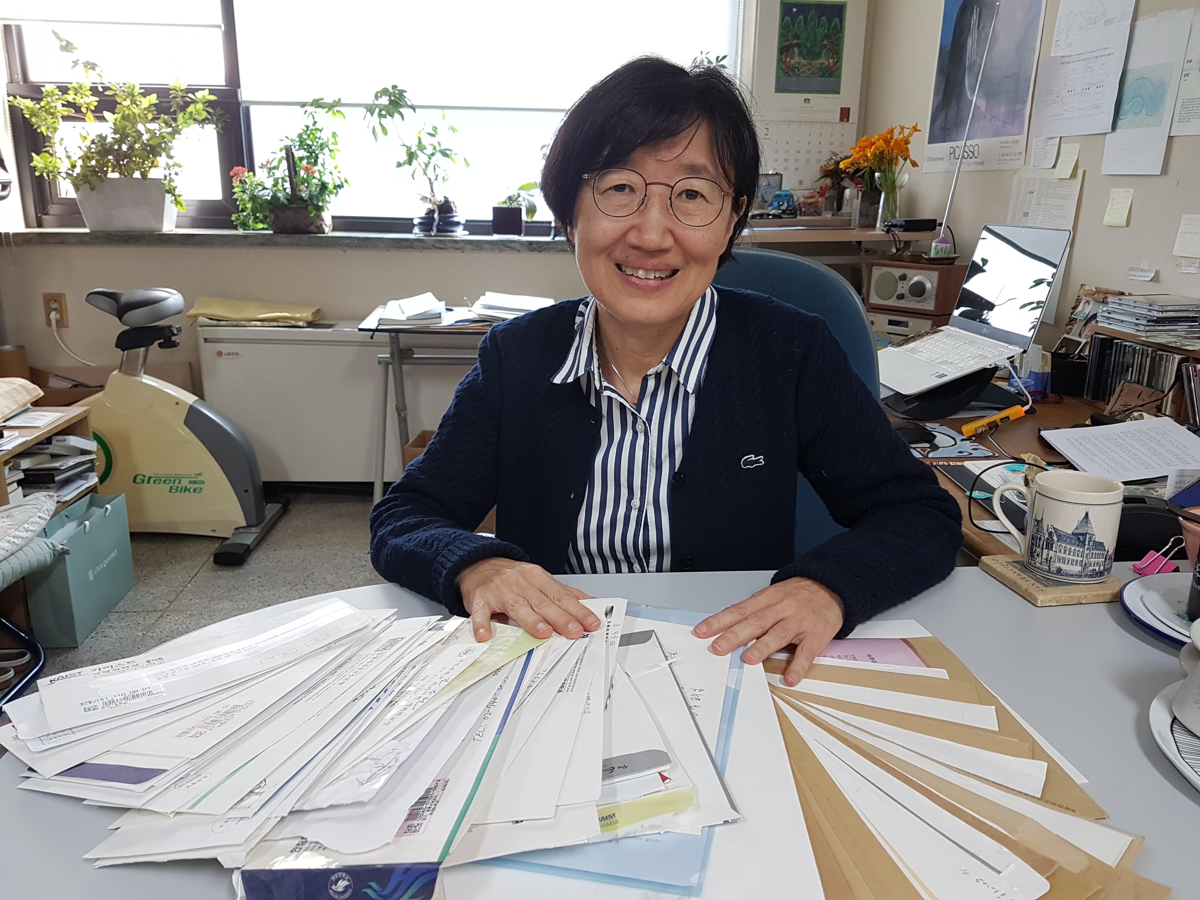 호원경 서울대 의대 교수가 자신의 연구실에서 2016녀 당시 기초연구비 확대를 요구하는 국회청원을 진행하던 당시 받았던 우편물을 바라보고 있다.