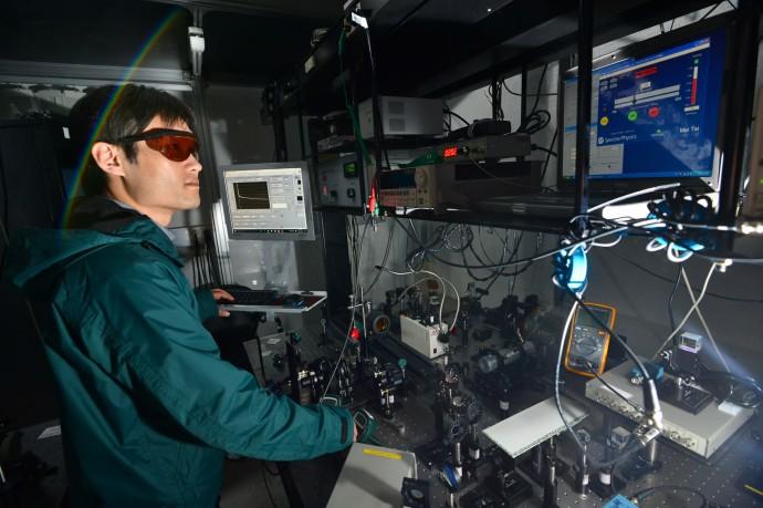 최경민 연구원이 빛의 각운동량으로 자성체의 자화방향을 조절하는 실험을 하고 있다. - KIST 제공