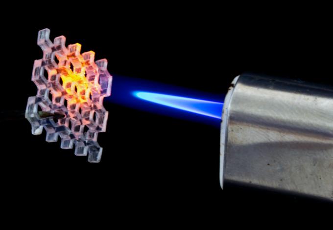 3D 프린터로 인쇄한 벌집 모양 유리 구조체에 섭씨 800도의 열을 가하고 있는 모습. 보통 3D 프린터의 인쇄 잉크로 사용되는 고분자 재료와 달리, 유리는 고온에도 견디는 높은 내구성을 지녔다. - 네이처 제공