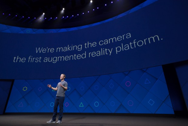 마크 저커버그 페이스북 CEO가 18일 (현지시각) 미국 새너제이에서 열린 F8 행사에서 AR 서비스애 대해 발표하고 있다. - 페이스북 제공