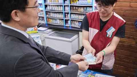 거스름돈 대신 카드 적립하는 '동전없는 사회' 시범 실시