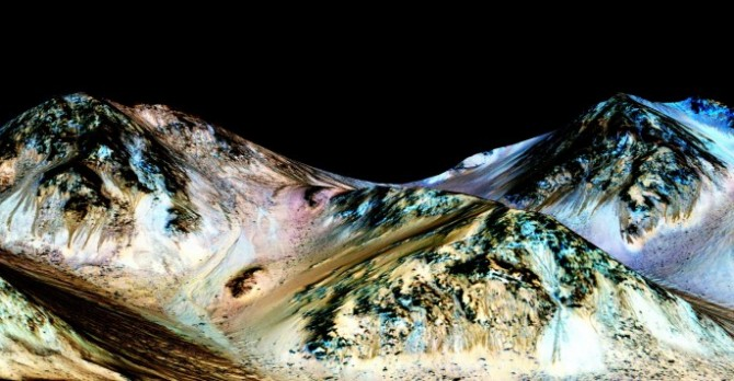 화성의 헤일(Hale) 크레이터 지역에서 발견된 RSL 지형에 미국 항공우주국(NASA)이 인위적으로 색을 입힌 모습. 검은색으로 칠해진 경사면이 염분을 머금은 물이 흐르는 것으로 확인된 지역이다. - 미국항공우주국 제공