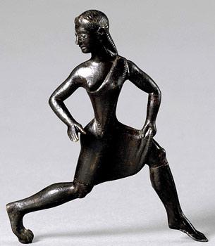짧은 튜닉(tunic, 엉덩이까지 내려오는 여성용 상의)을 입고 달리고 있는 스파르타 소녀. 여성들이 참여하는 일종의 올림픽, 헤라이안 게임(Heraean Games)에 참여한 소녀 상으로 추정된다. 스파르타는 잦은 전쟁으로 남녀비가 낮았는데, 다른 그리스 국가와 달리 여성의 권한이 아주 강력하였다. 여성은 높은 수준의 교육을 받았고, 상당한 재산을 소유할 수도 있었으며, 실질적으로 남편을 통제할 수 있었다. - wikipedia 제공