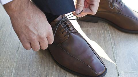 신발끈을 푸는 보이지 않는 손의 비밀