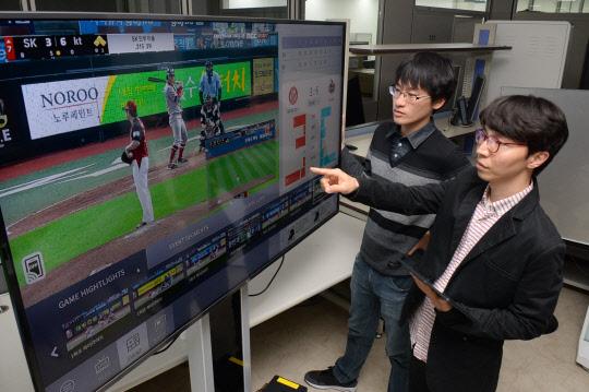 실시간으로 특정 이벤트나 선수, 팀의 경기 장면을 골라 다시 볼 수 있는 한국전자통신연구원(ETRI)의 인공지능(AI) 기반 '시청자 맞춤형 방송 다시보기 플랫폼'을 시연하고 있다. - ETRI 제공