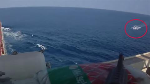 해적과 선박 경비대의 총격전 영상