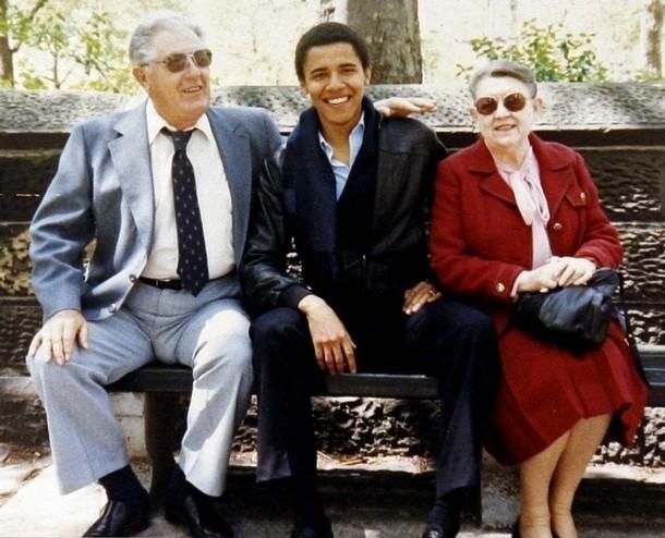 학생 시절의 버락 오바마(Barack Obama)와 그의 외할아버지 스탠리 던햄(Stanley Dunham), 외할머니 매들린 던햄(Madelyn Dunham). 버락 오마바는 조손 가정에서 자랐지만, 할머니의 따뜻한 사랑과 올바른 교육을 받아 건강하게 성장할 수 있었다. - pixabay 제공