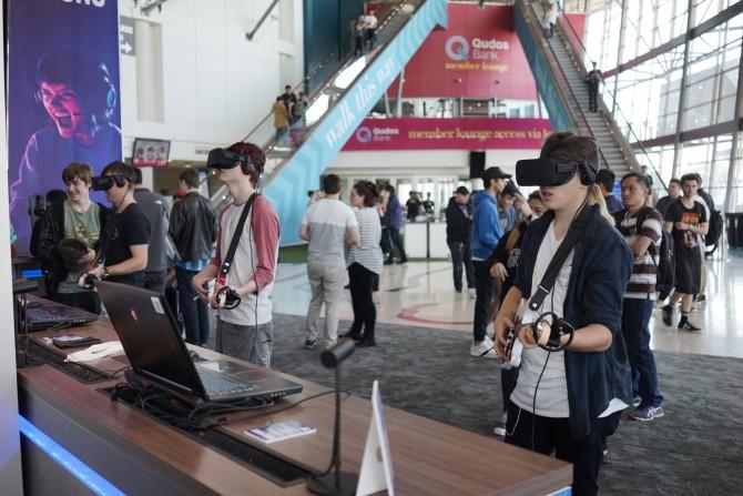 경기장 입구에 마련된 부스는 거의 VR 게임으로 채워졌습니다. 아직 VR게임은 대회에 쓰일 정도는 아니지만 업계나 게이머들의 관심이 모두 높았습니다. - 최호섭 제공