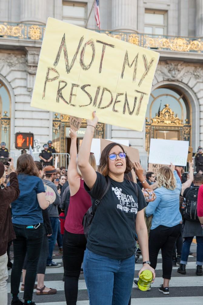 샌프란시스코 시청 앞에서 도널드 트럼프 대통령 당선에 반발하는 사람들이 시위를 벌이고 있다. - Pax Ahimsa Gethen(W) 제공