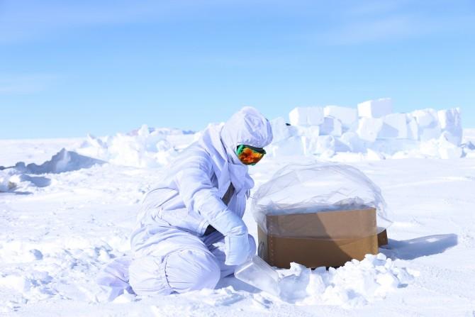 우주먼지를 찾기 위해 남극의 눈을 퍼담고 있는 이종익 극지연구소 K-루트사업단장. - 극지연구소 제공