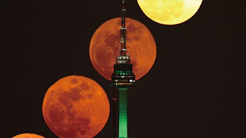[제25회 천체사진공모전 수상작] 요술봉같은 남산타워와 보름달의 초현실적인 모습