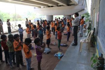 수업을 시작하기 전 아이들은 줄을 맞춰 선채 큰 목소리로 노래 두곡을 연달아 불렀다. 인도의 국가과 힌두교의 기도문이란다. - 델리=신수빈 기자 sbshin@donga.com 제공