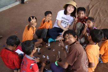 유아반 선생님이 된 고은영 기자는 유독 고생이 많았다. 아이들이 아직 영어를 전혀 하지 못하는 데다 고사리같은 손은 풀칠을 하기에도 어줍었기 때문이다. - 델리=신수빈 기자 sbshin@donga.com 제공