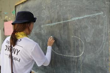 잠수함을 낯설어 하는 아이들을 위해 최지원 기자는 칠판에 잠수함을 그려주며 설명을 진행했다. - 신수빈 기자 sbshin@donga.com 제공