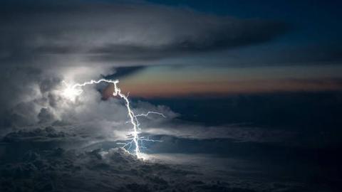 조종사가 촬영한 드라마틱한 폭풍 구름