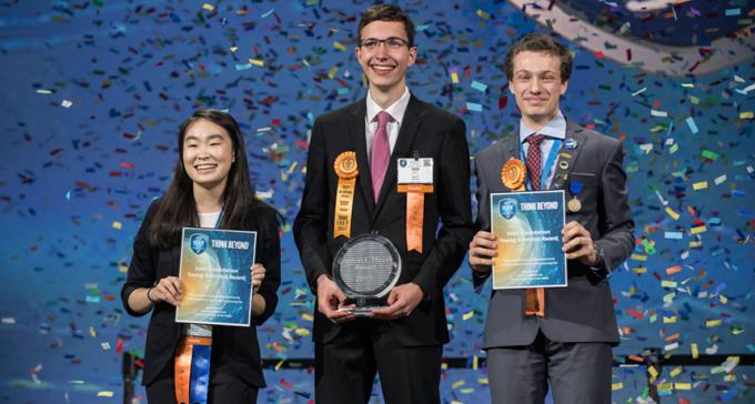 세계 최대 청소년 과학경진대회인 '2017 인텔국제과학기술경진대회(Intel ISEF)'의 수상자들. 1등을 차지한 독일의 이보 벨 학생(가운데)과 공동 2등을 차지한 미국의 앰버 양(왼쪽) 학생과 이탈리아의 발레리오 파글리아리노 학생(오른쪽). - 미국과학대중협회 제공