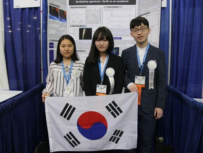 대회에서 3등을 차지한 대구일과학고 2학년 박종준 학생과 박정인 학생, 배주홍 학생으로 구성된 팀. - SSP 제공