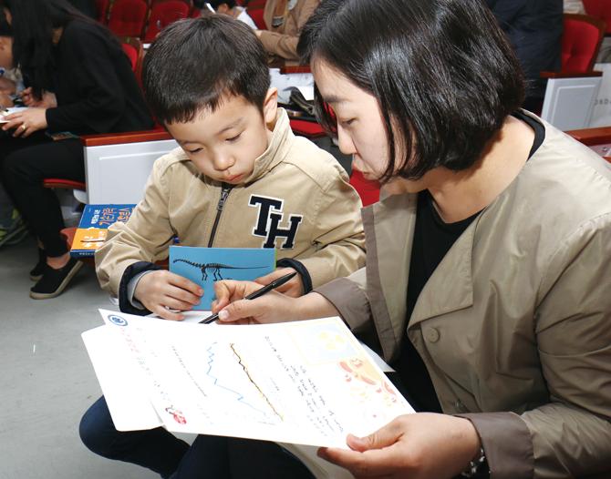 라돈 프로젝트 결과보고서를 작성하는 최이준 학생(부천 중동초 1). - 김정 기자 ddanceleo@donga.com 제공