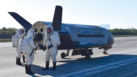 비밀 임무 수행하고 2년 만에 우주에서 돌아온 X-37B