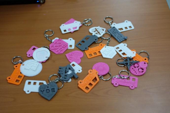 수업에 참여한 학생들이 만든 열쇠고리들. 아주 짧은 시간이었지만 모두 거침없이 자신의 작품을 완성했다. - 염지현 제공