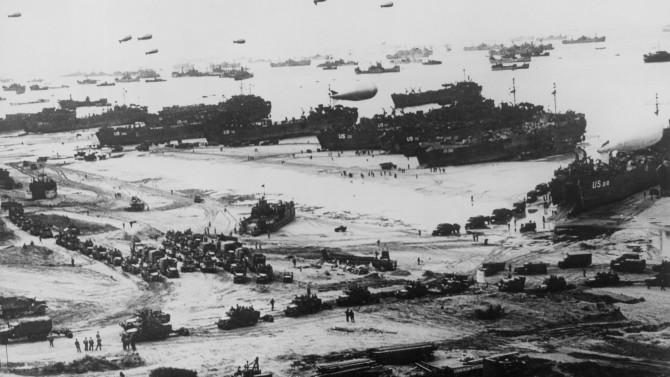 1944년 프랑스 노르망디의 오마하 해변에 도착한 연합군의 모습. D-데이인 6월 6일, 해변을 가로지르며 기습 공격을 준비하고 있다. - 동아일보DB 제공