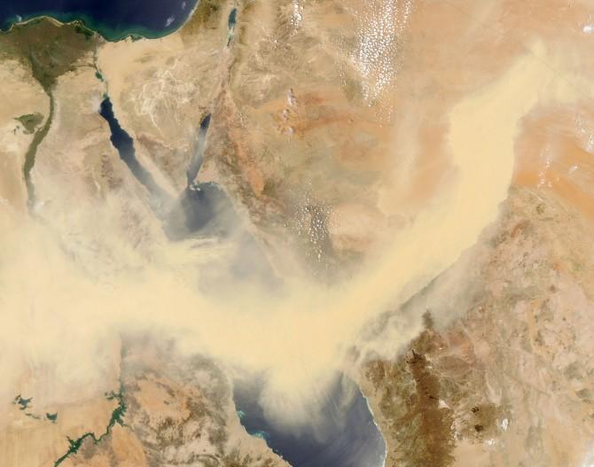 이집트 사막 지방에서 발생하는 모래폭풍 '함신'. 위성으로 찍은 사진을 보면 폭풍이 얼마나 거대한지 알 수 있다. 지금도 함신이 불기 시작하면 중동 지역에서는 일시적인 휴업, 휴교를 한다. - NASA 제공
