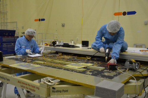 한국항공우주연구원 위성연구본부 연구원들이 우주로 올라갈 천리안 2호 실제 모델에 들어갈 패널 뒷면의 전선을 잇는 작업을 진행하고 있다. - 동아사이언스 제공