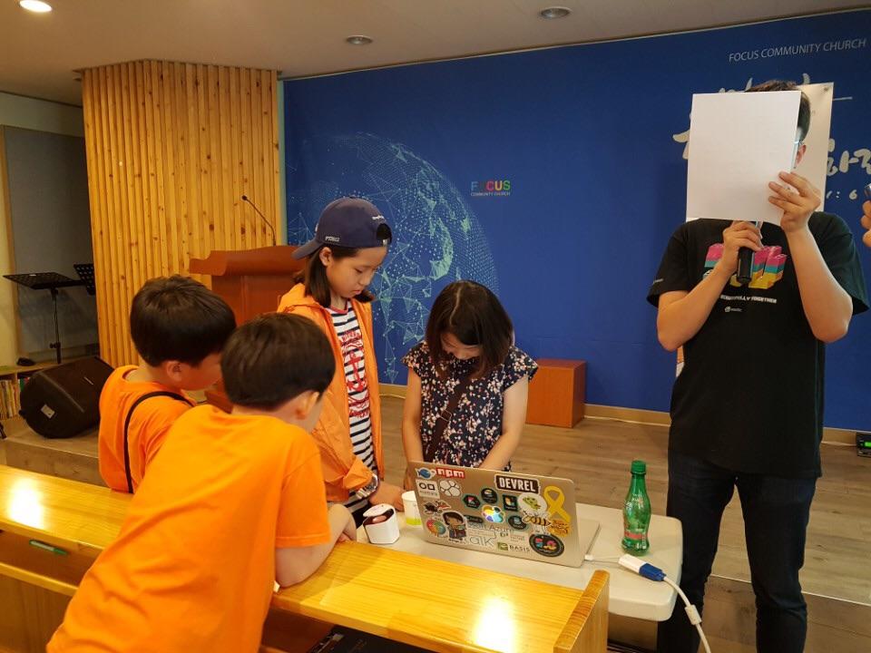 지난 27일 서울 강서구 작은샘작은도서관에서 열린 5월, 소프트웨어에 물들다 강연에서 어린이들이 레고를 이용한 컴퓨팅 사고 체험을 하고 있다.