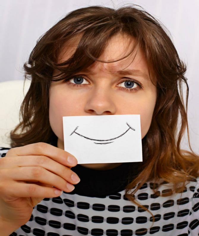 인간은 거짓 미소, 거짓 웃음을 지을 수 있는 능력이 있다. 하지만 이런 능력은 남을 속이려는 '가식적'인 목적보다는, 스스로 자신의 '감정'을 조절하려는 목적에서 발달했을 가능성이 있다. - https://beyondphilosophy.com/emotional-labor-employees-and-customer-experience/ 제공