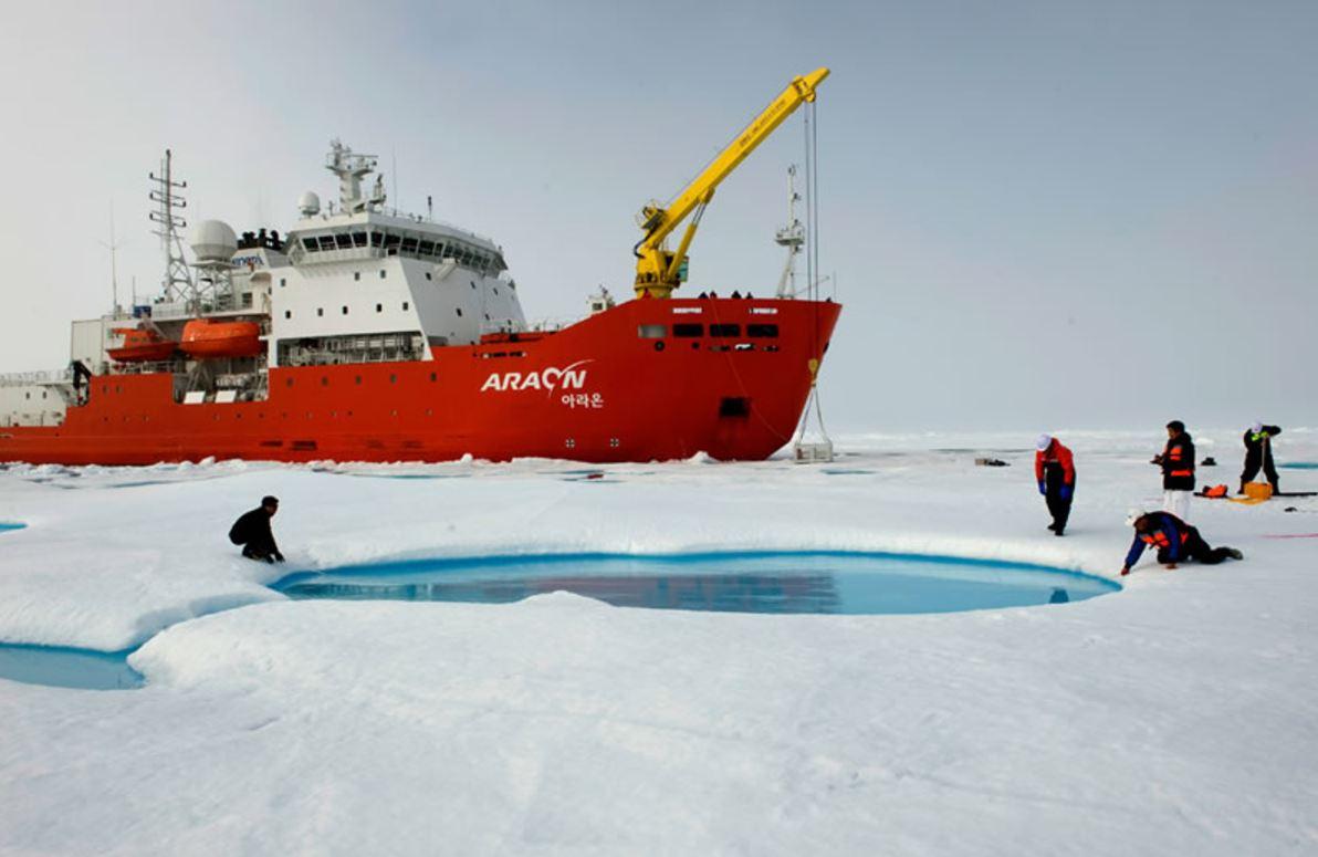 한국이 보유한 7500t급 쇄빙연구선 '아라온호'. 1년 중 70% 이상을 남극에서 지내 북극 연구에는 연간 15일 밖에 활용되지 못하는 실정이다.