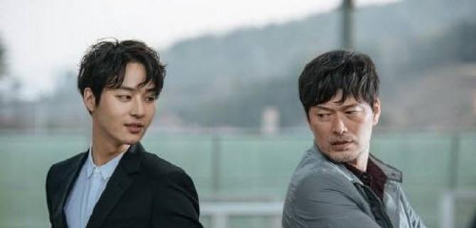 드라마 듀얼의 복제인간역의 배우 양세종(왼쪽)과 딸을 찾기위한 형사 역의 배우 정재영 - OCN 제공 제공