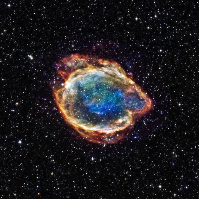제1형 초신성 폭발 과정에서 생긴 니켈56은 불안정해 코발트56과 철56으로 두 단계에 걸쳐 재빨리 붕괴하며 양전자를 만든다. 양전자는 주변의 전자를 만나 소멸함면서 감마선을 내놓지만 대부분 폭발 잔해에 흡수돼 관측되지 않는다. 제1형 초신성 G299의 잔해 모습. - NASA 제공