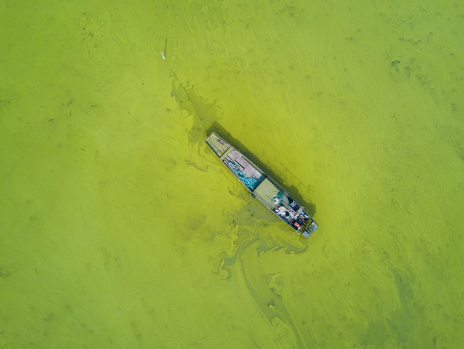 중국 타이후 호의 모습. 이 호수의 녹조를 이용해 울트라 3 에코를 만들었다(맨 위 사진). 신발 하나를 만들 - 연합뉴스 제공