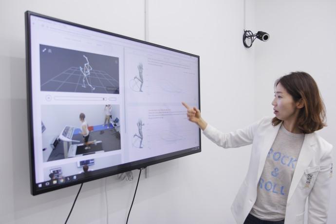 김수연 강남세란의원장이 기자의 움직임을 분석한 영상과 그래프를 보며 몸의 움직임에 대해 설명하고 있다. - 김진호 기자 twok@donga.com 제공