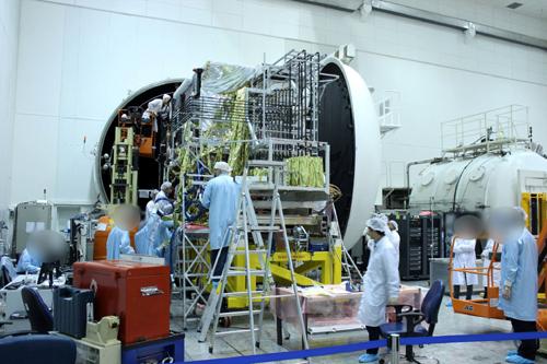 이스라엘 연구진이 우주 공간과 동일한 환경을 재현한 초대형 '열진공 체임버'를 활용해 자국의 통신위성 '아모스'의 내구성을 실험하고 있다.