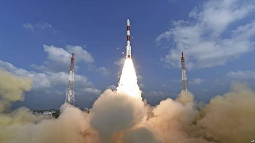 올해 2월 인도 스리하리코타의 사티시다완 우주센터에서 소형 인공위성 104개를 실은 인도의 우주발사체 '극궤도우주발사체(PSLV)-C37'가 우주를 향해 날아가고 있다. - 유튜브 캡처