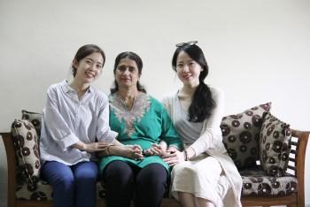 인터뷰 후 싱 교수와 함께 기념 사진을 남겼다. 여성 과학교육 전문가인 그녀도 주말에 집으로 찾아오는 외국인의 성별이