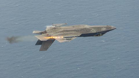 뒤집힌 채 미사일 쏘는 F-35
