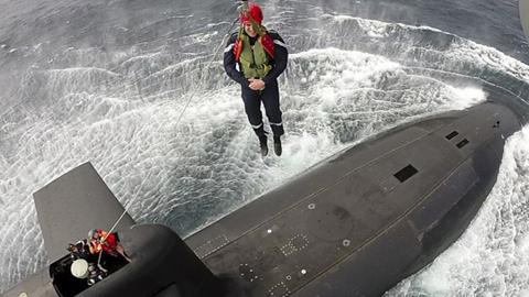 위풍당당, 핵잠수함 타는 프랑스 대통령