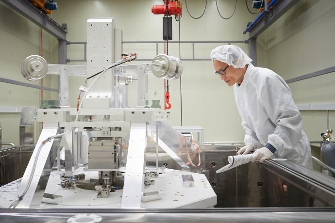 이광철 한국표준과학연구원 질량힘센터 책임연구원이 키블 저울을 이용해 질량을 정의하는 데 필요한 플랑크 상수를 측정하고 있다. - 한국표준과학연구원 제공
