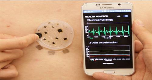 대구경북과학기술원(DGIST)이 개발한 무선통신 기반 전자피부를 사람의 가슴에 붙이고 심전도, 호흡 등의 건강정보를 수집해 분석하고 있다. - 대구경북과학기술원 제공
