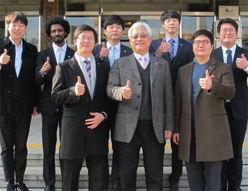 우주건축 기술 대회 '센테니얼 챌린지'에서 우승한 한양대 연구진. 한국건설기술연구원과 공동으로 한국 대표팀 '문엑스 컨스트럭션'을 구성해 출전했다. - 한국건설기술연구원 제공