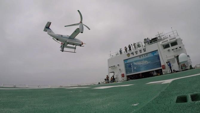 한국항공우주연구원이 개발한 무인 틸트로터 항공기 'TR-60'의 함상 이착륙 모습