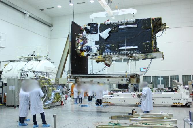 IAI 연구진이 이스라엘의 최신 통신용 인공위성 아모스6를 개발하고 있다. - IAI 제공