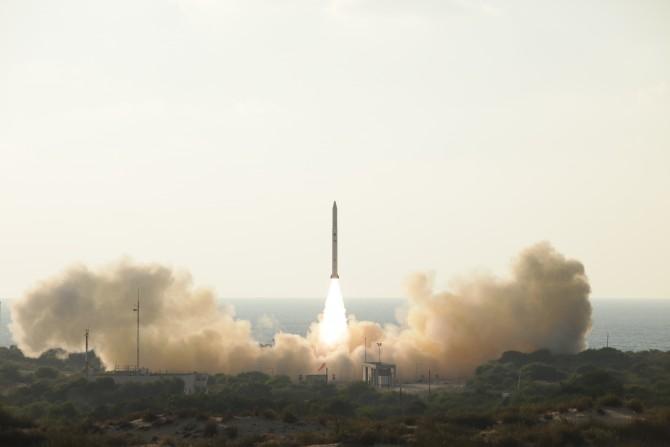 이스라엘의 샤비트 발사체. 정찰용 인공위성 오펙(Ofek) 11을 쏘아 올리고 있는 모습. - IAI 제공