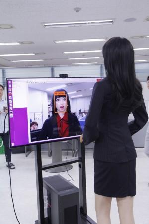 로봇 '에버'가 눈을 크게 뜨며 놀랍다는 표정을 짓자, 모니터 화면에도 '놀라움(surprised)'이라는 표시가 뜬다. 한국생산기술연구원이 개발한 로봇의 표정 검출 및 감정 인식 인공지능(AI)으로 분석한 결과다. - 안산=권예슬 기자 yskwon@donga.com 제공