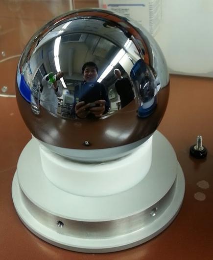 아보가드로 수 측정에 사용됐던 실리콘 구. 지금은 새로운 실리콘 구를 연구에 사용하고 있다. - 한국표준과학연구원 제공