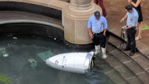 물에 빠진 첨단 경비 로봇